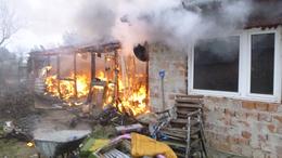 Melléképület lángolt