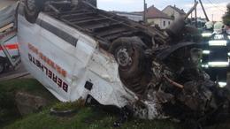 Halálos baleset: 138-cal száguldott a kerítésbe csapódott kisteherautó