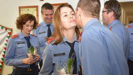 A vízilabdázók verssel, a tűzoltók virággal köszöntötték a hölgyeket