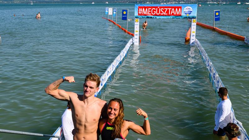 Rasovszky Kristóf és Olasz Anna a célban a 38. Lidl Balaton-átúszáson Balatonbogláron 2020. augusztus 1-jén. A 23 éves világbajnok úszó a Révfülöp és Balatonboglár közötti 5200 méteres távot új csúccsal, kereken 57 perc alatt teljesítette, Olasz Anna, a legjobb eredményt elért női versenyző 1:01.37 órás eredménnyel ért célba; fotó: MTI/Vasvári Tamás