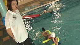 Világbajnok tanárnéni a medence szélén