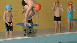 Hogy minél több gyermek megtanuljon úszni
