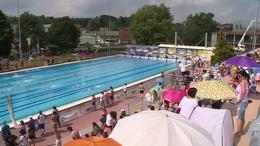 Több mint háromszázan ugrottak medencébe