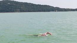 Négy nap alatt úszta át a Balatont. Hosszában.