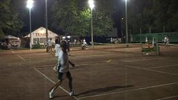 Éjszakai tenisz