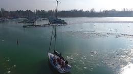 Vitorlások télen: gyönyörű felvételek a jeges Balatonról