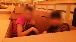 Papírdobozban bújkáltak a migránsok