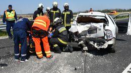 Teherautó és személygépkocsi ütközött a 67-esen