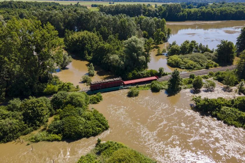 Fával megrakott vagonnal terhelik a heves esőzés miatt megáradt Rinya-patak hídját Babócsa és Péterhida között 2020. július 28-án. MTI/Varga György