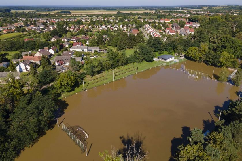 A heves esőzés miatt megáradt Rinya-patak által elöntött focipálya Babócsán 2020. július 28-án. MTI/Varga György