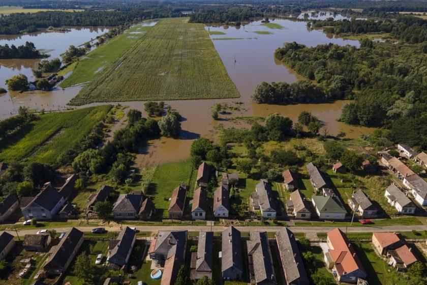 A heves esőzés miatt megáradt Rinya-patak által elöntött terület Babócsán 2020. július 28-án. MTI/Varga György