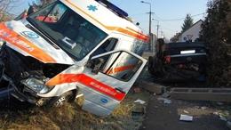 Összetörte a szirénázó mentőt - két súlyos sérült
