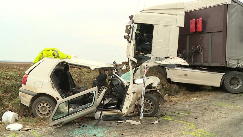 Kamion ütközött személyautóval Igal és Somogyszil között