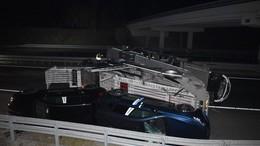 Autókat szállító kamion borult fel a sztrádán