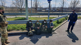 Illegális migránsok az M7-esen