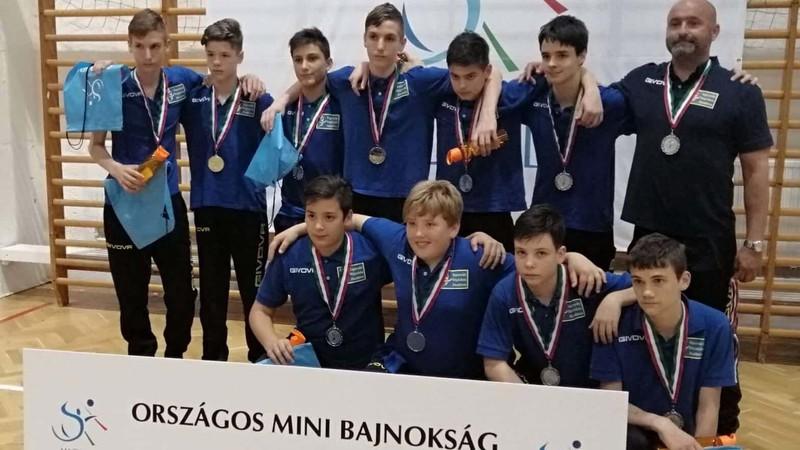 képünkön az ezüstérmes csapat