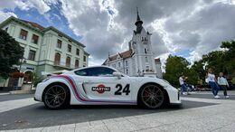Több tucat Porsche parkolt le a Kossuth téren