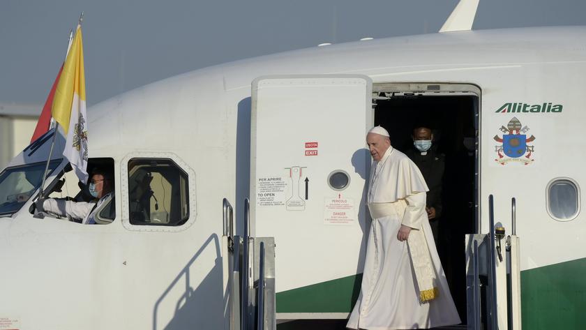 Ferenc pápa megérkezik a Liszt Ferenc-repülőtérre 2021. szeptember 12-én. fotó:  MTI/Koszticsák Szilárd