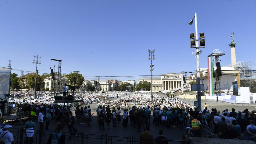 2021. szeptember 12. Az 52. Nemzetközi Eucharisztikus Kongresszus (NEK) zárómiséjének résztvevői a Hősök terén 2021. szeptember 12-én. fotó: MTI/Máthé Zoltán