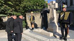 Főhajtás az emberkatedrális kaposvári szobra előtt