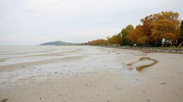 Megbillent a Balaton vize az orkán erejű szél miatt