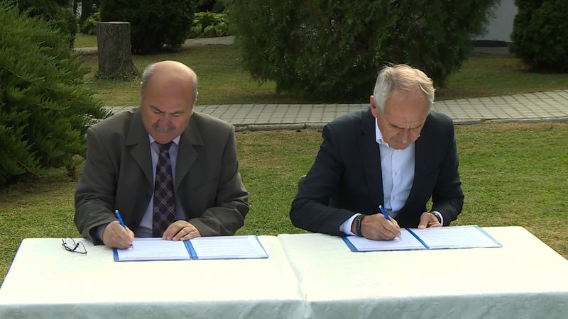 Dr. Kéki Zoltán, a Bene Ferenc Labdarúgó Akadémia elnöke és Szita Károly, Kaposvár polgármestere aláírják a támogatói szerződést.