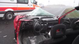 Tűzoltók vágták ki a roncsból; nincs már útzár a 67-esen!